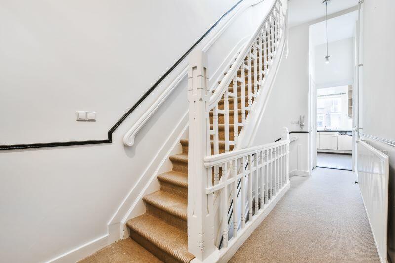A lépcső korlátnál bagyon fontos, hogy kézre eső kapaszkodót építsünk be